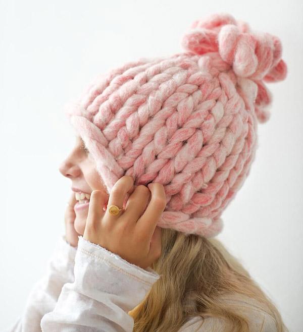 Модная женская шапка крупной вязки спицами шапка крупной вязки спицами 1