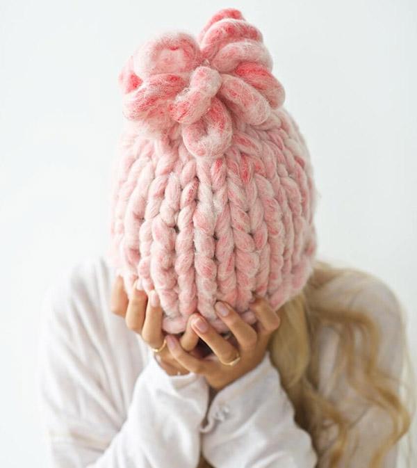 Модная женская шапка крупной вязки спицами шапка крупной вязки спицами 11