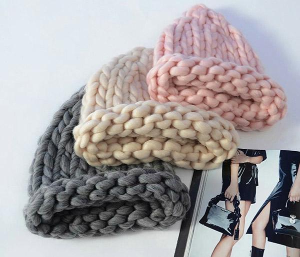 Модная женская шапка крупной вязки спицами шапка крупной вязки спицами 13