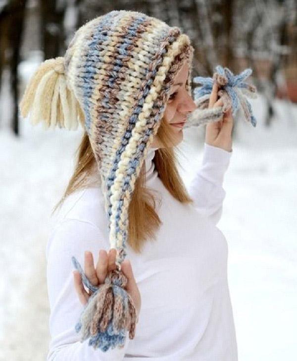 Модная женская шапка крупной вязки спицами