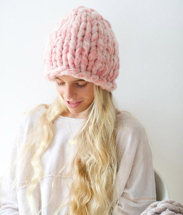 Модная женская шапка крупной вязки спицами шапка крупной вязки спицами 3
