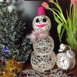 Снеговик из ниток: оригинальное украшение на Новый год
