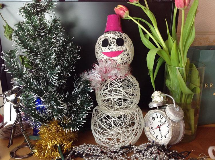 Снеговик из ниток: оригинальное украшение на Новый год 3 5