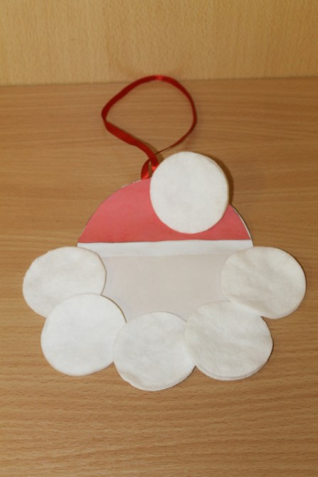 Дед Мороз из ватных дисков: поделка для детского сада ded moroz diskov 11