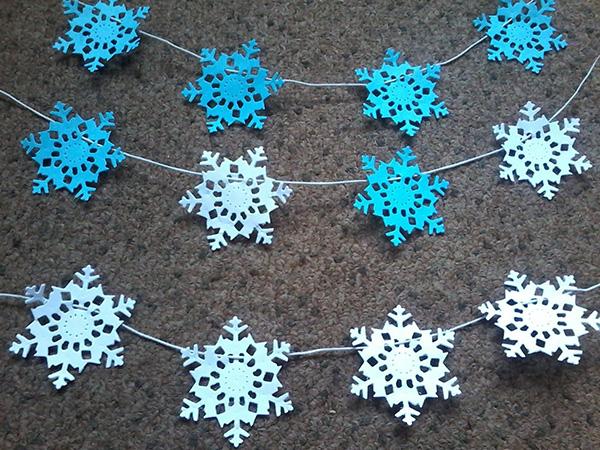 Снежинки гирлянды из бумаги: украшаем квартиру на Новый год girlyanda iz snezhinok 1