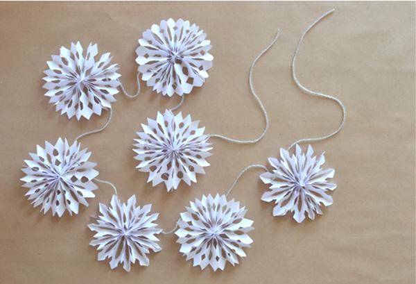 Снежинки гирлянды из бумаги: украшаем квартиру на Новый год girlyanda iz snezhinok 3
