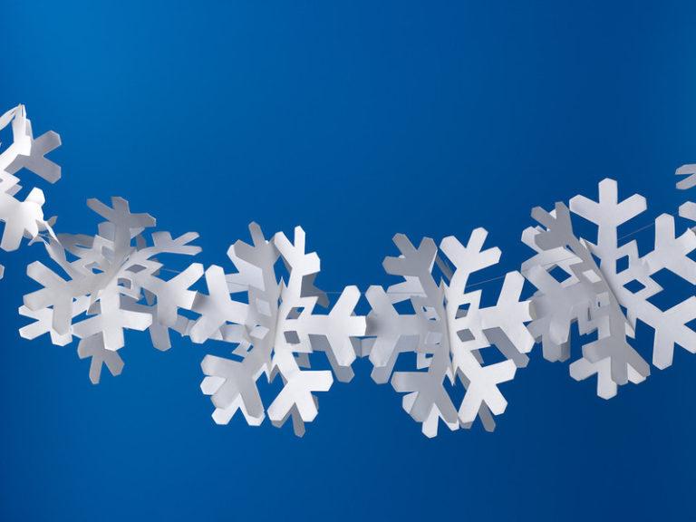 Снежинки гирлянды из бумаги: украшаем квартиру на Новый год