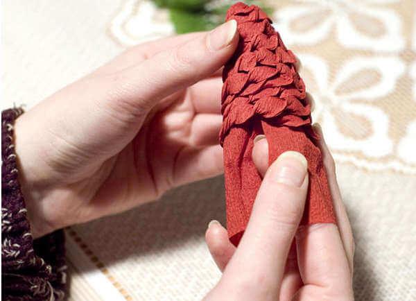 Новогодние поделки из гофрированной бумаги: украшаем дом своими руками podelki iz gofrirovannoj bumagi na novyj god 6 11