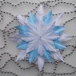 Пушистые снежинки своими руками — красивое украшение для Нового года