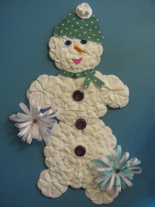Снеговик из ватных дисков: веселая поделка для детей snegovik iz diskov 1