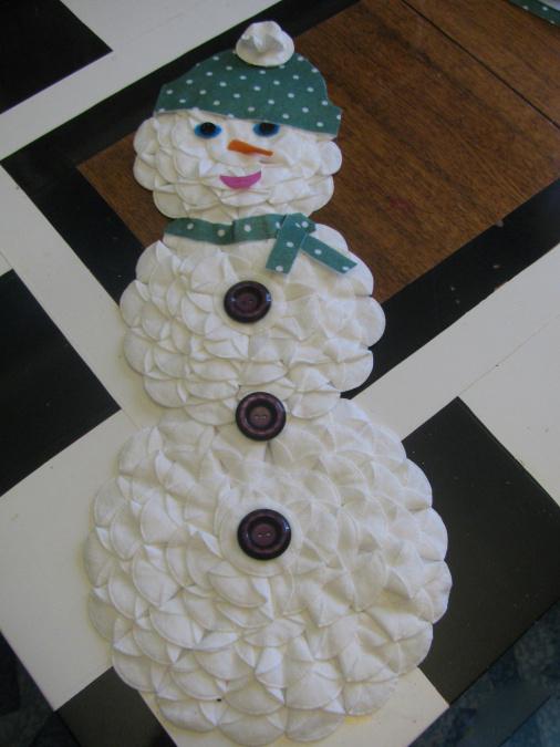 Снеговик из ватных дисков: веселая поделка для детей snegovik iz diskov 9