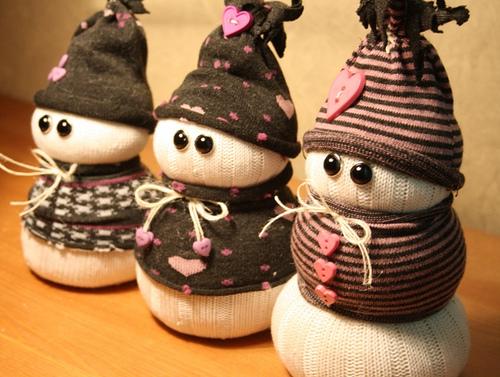 Детская поделка Снеговик из носка: пошаговый мастер класс snegovik iz noska 7