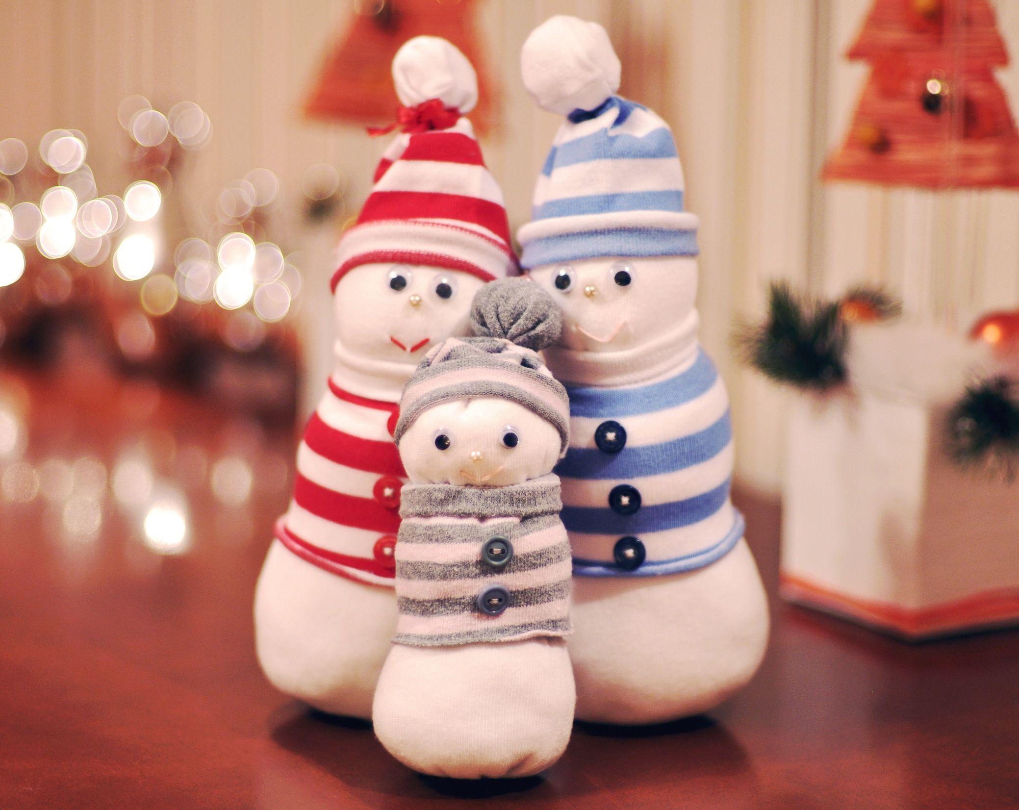 Детская поделка Снеговик из носка: пошаговый мастер класс snegovik iz noska 8