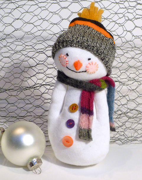 Детская поделка Снеговик из носка: пошаговый мастер класс snegovik iz noska 9