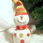 Вяжем снеговика крючком: яркая игрушка под елку