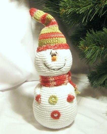Вяжем снеговика крючком: яркая игрушка под елку snegovik kruchkom 1