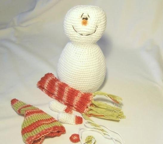 Вяжем снеговика крючком: яркая игрушка под елку snegovik kruchkom 10