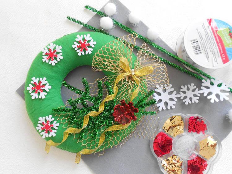 Яркий венок из фетра на дверь к Рождеству или Новому году venok 1