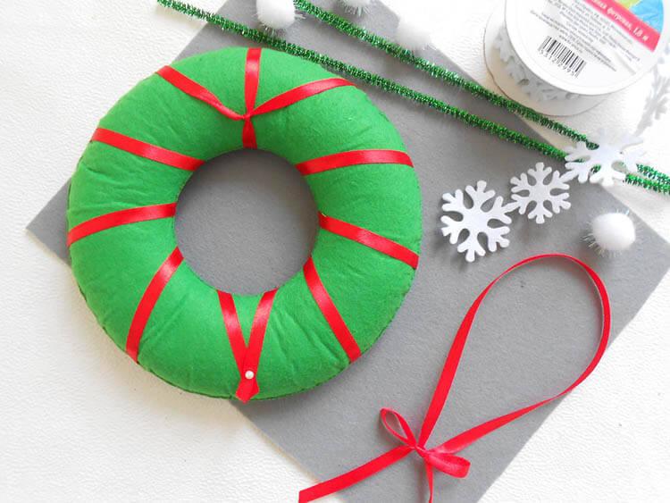Яркий венок из фетра на дверь к Рождеству или Новому году venok 11