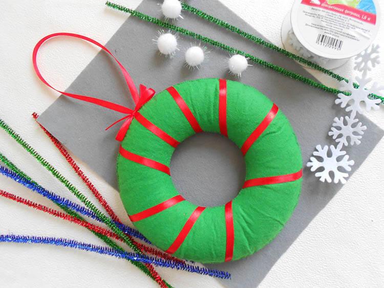 Яркий венок из фетра на дверь к Рождеству или Новому году venok 12