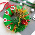 Яркий венок из фетра на дверь к Рождеству или Новому году