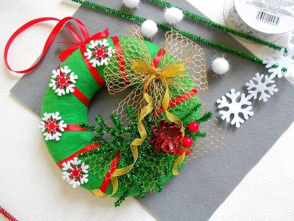 Яркий венок из фетра на дверь к Рождеству или Новому году venok 13