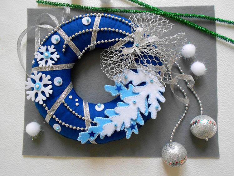 Яркий венок из фетра на дверь к Рождеству или Новому году venok 14