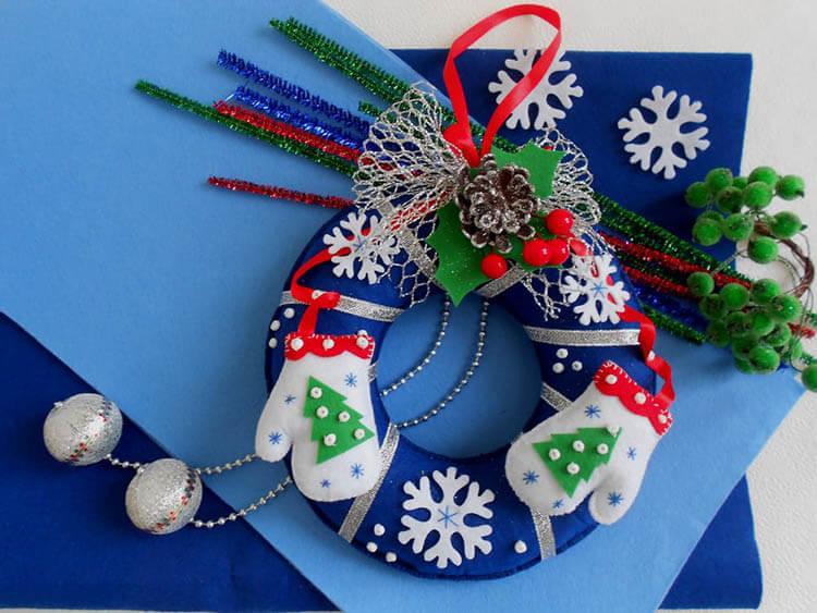 Яркий венок из фетра на дверь к Рождеству или Новому году venok 15