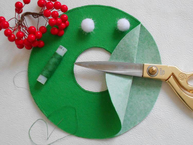 Яркий венок из фетра на дверь к Рождеству или Новому году venok 4