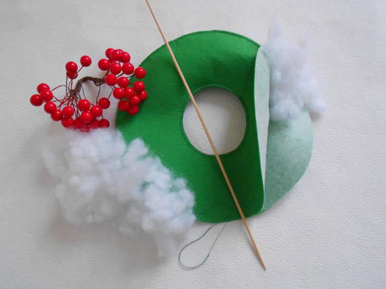 Яркий венок из фетра на дверь к Рождеству или Новому году venok 5