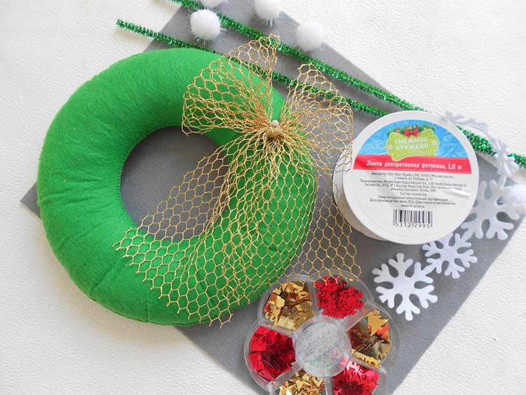 Яркий венок из фетра на дверь к Рождеству или Новому году venok 6