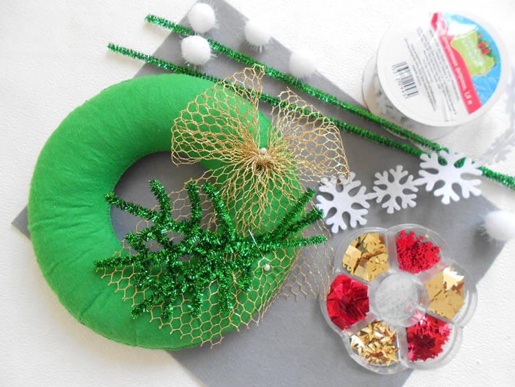 Яркий венок из фетра на дверь к Рождеству или Новому году venok 7