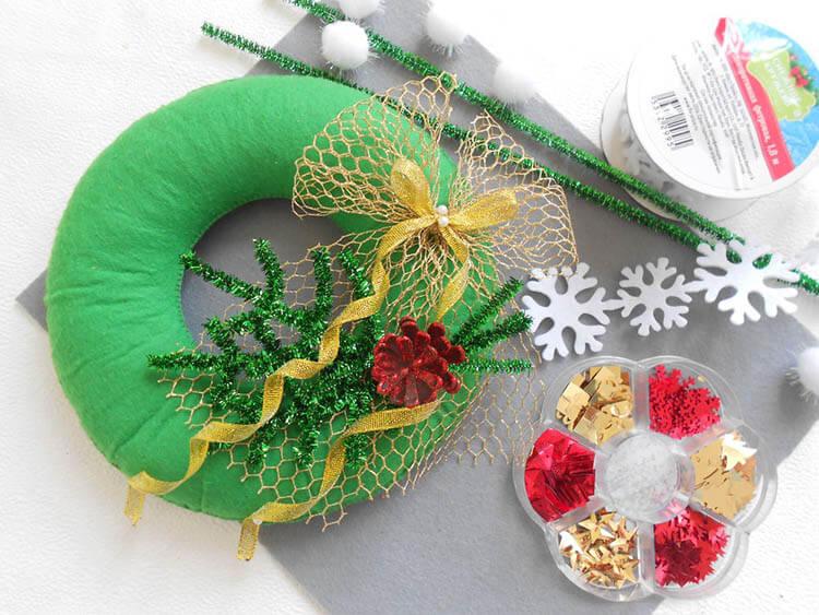 Яркий венок из фетра на дверь к Рождеству или Новому году venok 8