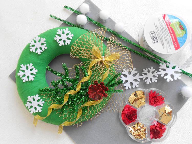 Яркий венок из фетра на дверь к Рождеству или Новому году venok 9