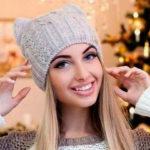Стильная и модная шапочка Кошка спицами