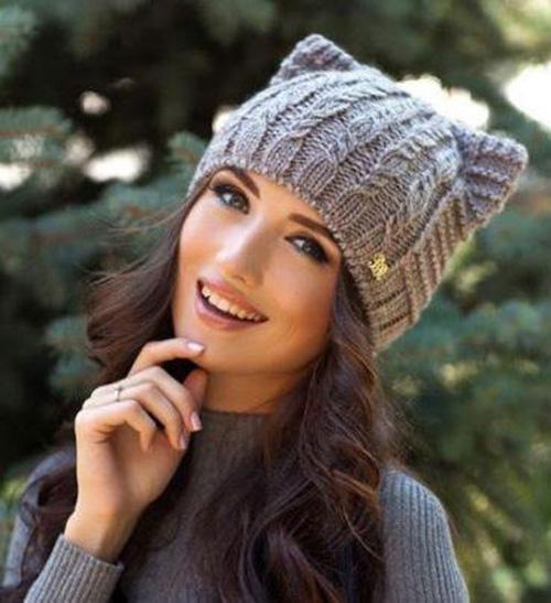 Стильная и модная шапочка Кошка спицами shapka koshka s ushkam 2