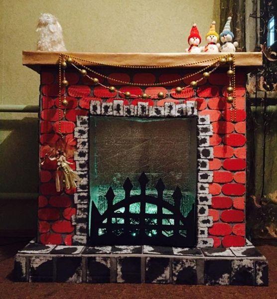 Декоративный камин как украшение комнаты на Новый год