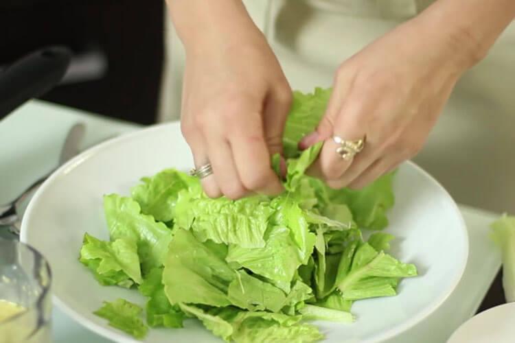 Как приготовить салат Цезарь: вкусные пошаговые рецепты на праздничный или повседневный стол salat cezar s kuricej 23