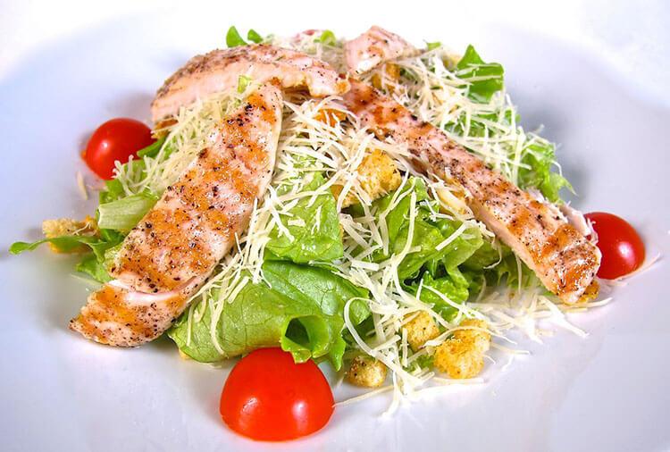 Как приготовить салат Цезарь: вкусные пошаговые рецепты на праздничный или повседневный стол salat cezar s kuricej 24