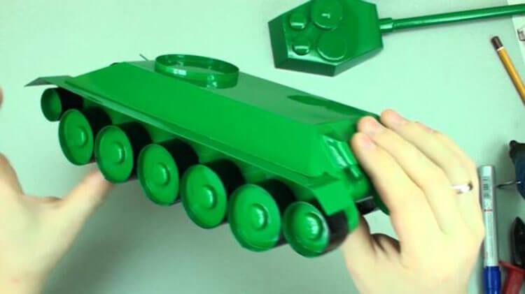 Поделка Танк из различных материалов: отличный подарок на 23 февраля tank svoimi rukami 120