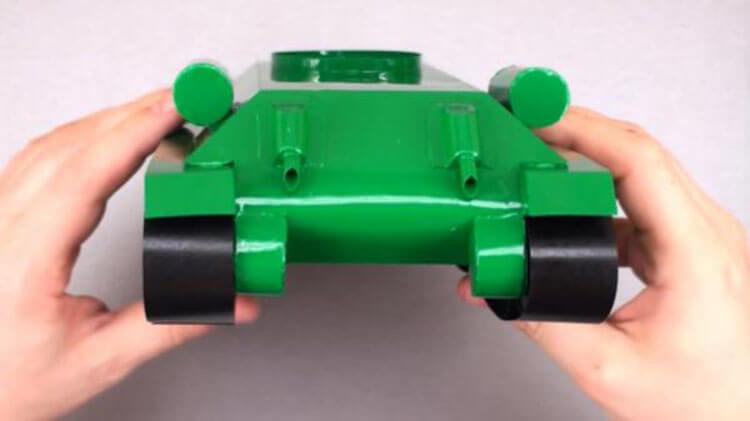 Поделка Танк из различных материалов: отличный подарок на 23 февраля tank svoimi rukami 121