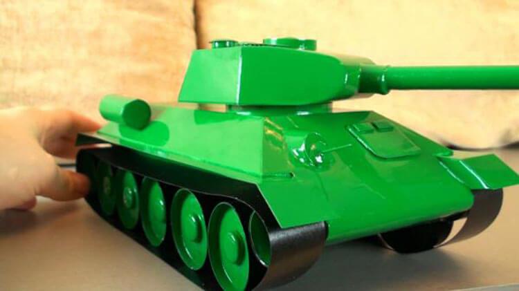 Поделка Танк из различных материалов: отличный подарок на 23 февраля tank svoimi rukami 123