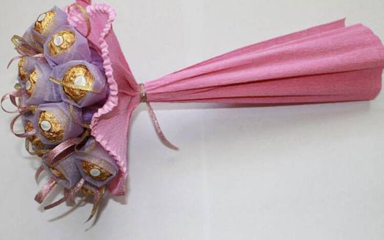 Красивый и сладкий букет из конфет на 8 марта: мастер классы с фото bukety iz konfet svoimi rukami 128