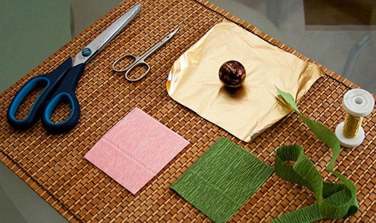 Красивый и сладкий букет из конфет на 8 марта: мастер классы с фото bukety iz konfet svoimi rukami 129