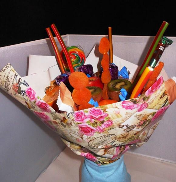 Красивый и сладкий букет из конфет на 8 марта: мастер классы с фото bukety iz konfet svoimi rukami 15