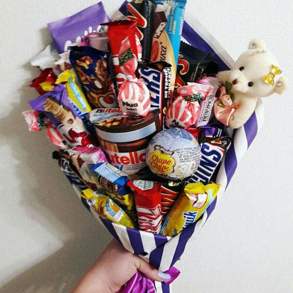 Красивый и сладкий букет из конфет на 8 марта: мастер классы с фото bukety iz konfet svoimi rukami 155