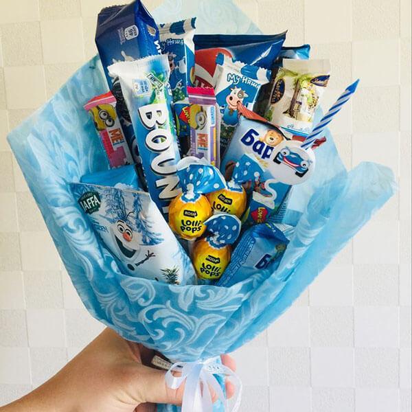 Красивый и сладкий букет из конфет на 8 марта: мастер классы с фото bukety iz konfet svoimi rukami 157