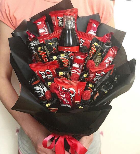 Красивый и сладкий букет из конфет на 8 марта: мастер классы с фото bukety iz konfet svoimi rukami 158