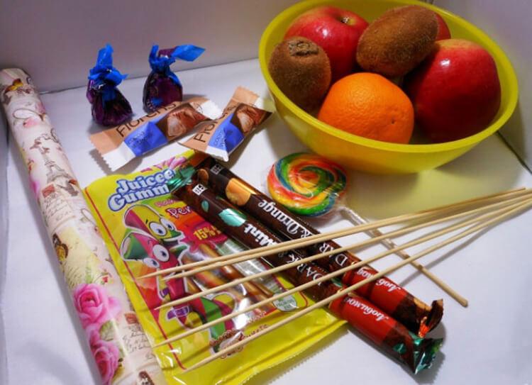 Красивый и сладкий букет из конфет на 8 марта: мастер классы с фото bukety iz konfet svoimi rukami 16