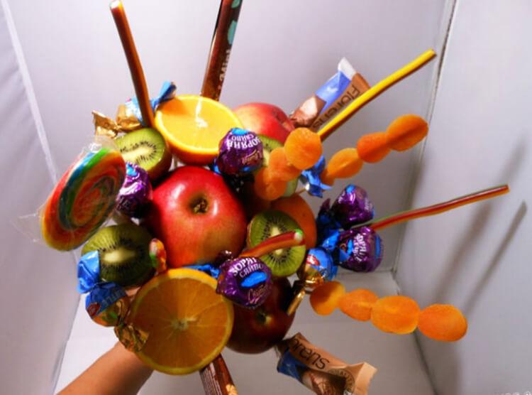 Красивый и сладкий букет из конфет на 8 марта: мастер классы с фото bukety iz konfet svoimi rukami 21